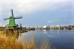 风车现代产业Zaanse Schans村庄荷兰荷兰 免版税库存照片