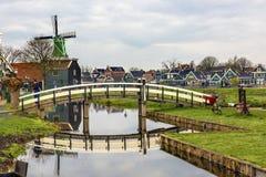风车白色桥梁Zaanse Schans村庄荷兰荷兰 库存照片