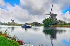 风车看法在村庄小孩堤防的 荷兰 免版税图库摄影