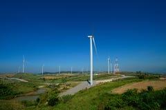 风车种田或风轮机站立在绿色山反对蓝天,被找出的Khao Kho,泰国的发电器 免版税库存照片