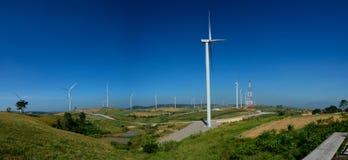 风车种田或风轮机站立在绿色山的发电器反对蓝天在碧差汶府,泰国 免版税库存图片