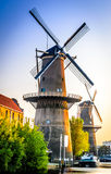 风车行在Schiedam,荷兰 免版税库存图片
