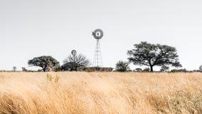风车风景在纳米比亚 免版税图库摄影