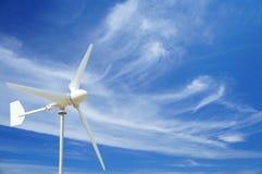 风轮机、蓝天和稀薄的云彩 免版税图库摄影