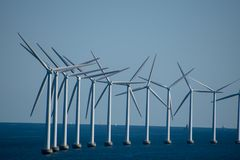 风轮机农场在德国和哥本哈根之间的波罗的海, 库存图片