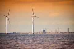 风轮机农场在波罗的海,丹麦 免版税库存照片