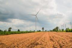 风轮机发电在领域所有农业种植园 免版税库存图片