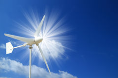 风轮机和与光束的蓝天 免版税库存图片