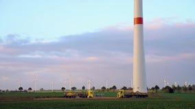 风轮机和农业领域在一个夏日 股票视频