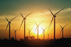 风轮机和日落背景 概念eco能量 免版税库存图片