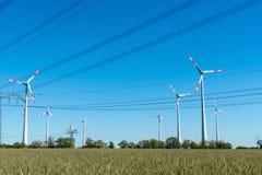 风轮机和电源线 免版税库存照片