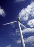 风轮机和通信天线 库存图片
