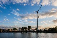 风轮机在一个工业区 免版税库存图片