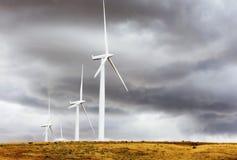 风轮机在哥伦比亚河峡谷 免版税库存图片
