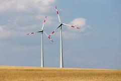 风轮机在德国的农田里 免版税库存照片
