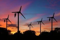 风轮机在暮色背景的发电器 免版税库存图片