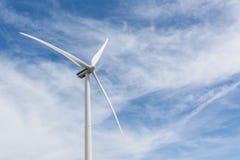 风轮机在蓝色被覆盖的天空下 库存图片
