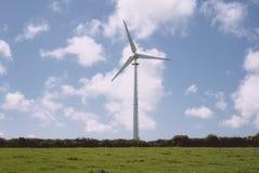 风轮机在领域的中心 免版税库存照片