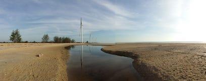 风轮机天蓝色,沙子,海水,晴天 免版税库存照片