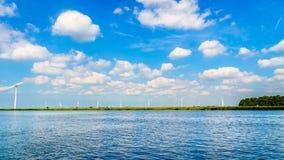 风轮机,现代风车,在沿Veluwemeer岸的一个风力场  免版税库存照片