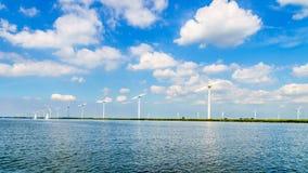 风轮机,现代风车,在沿Veluwemeer岸的一个风力场  图库摄影