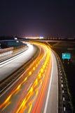 风险高速公路灯光管制线长的晚上 免版税库存照片
