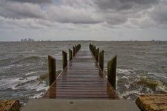 风雨如磐下午黑暗的水平的码头 库存图片