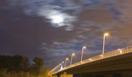 风雨如磐桥梁的晚上 库存照片