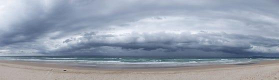 风雨如磐海滩的全景 库存照片