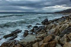 风雨如磐海滩的海运 免版税图库摄影