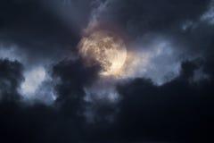风雨如磐满月的晚上 库存照片