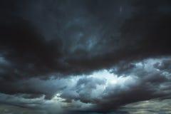 风雨如磐的与剧烈的阴影的云彩灰色天空 库存图片