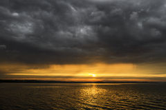 风雨如磐的云彩和日落 免版税库存图片