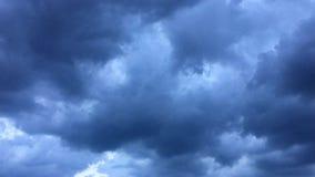 风雨如磐的云彩在蓝天的热的太阳消失 积云黑暗的云彩形成反对精采蓝天 定期流逝 股票视频