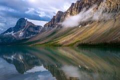 风雨如磐的反射,弓湖 免版税库存图片