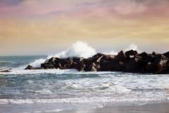 风雨如磐的在actio的海浪美好的海景大强有力的浪潮 免版税图库摄影