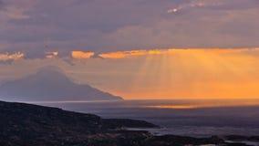风雨如磐的天空和日出在圣洁山Athos 免版税图库摄影