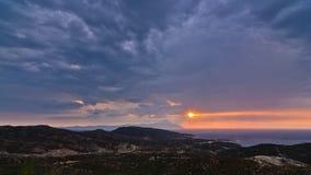 风雨如磐的天空和日出在圣洁山Athos 免版税库存照片