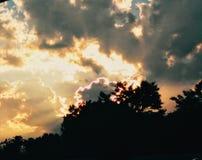 风雨如磐的天空和阳光 免版税库存照片