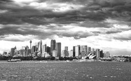 风雨如磐的天空在悉尼港口 库存照片