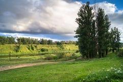 风雨如磐的天空的令人敬佩的看法在伏尔加河和它美丽如画的岸的 俄国省镇勒热夫 库存图片