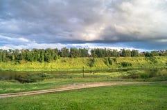 风雨如磐的天空的令人敬佩的看法在伏尔加河和它美丽如画的岸的 俄国省镇勒热夫 免版税库存照片