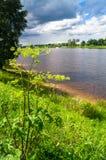风雨如磐的天空的令人敬佩的看法在伏尔加河和它美丽如画的岸的 俄罗斯地域性中心,市特维尔 免版税库存照片
