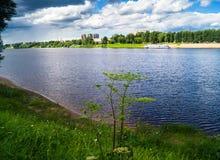风雨如磐的天空的令人敬佩的看法在伏尔加河和它美丽如画的岸的 俄罗斯地域性中心,市特维尔 免版税库存图片