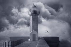 风雨如磐的天空的灯塔 免版税库存图片