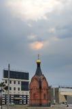风雨如磐的日落覆盖在圣弗拉基米尔Chapel王子在Barnaul 免版税库存图片