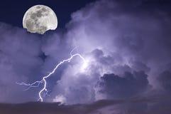 风雨如磐的月亮 免版税库存图片