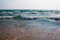 风雨如磐的汹涌的海在一个晴朗的大风天 免版税库存图片