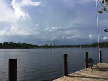 风雨如磐的河 库存照片