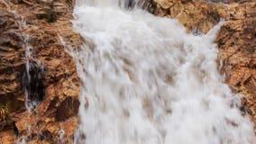 风雨如磐的泡沫似的瀑布特写镜头小瀑布在公园 股票录像